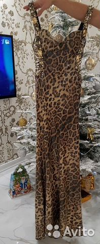 платье на выпусконой зелного цвета